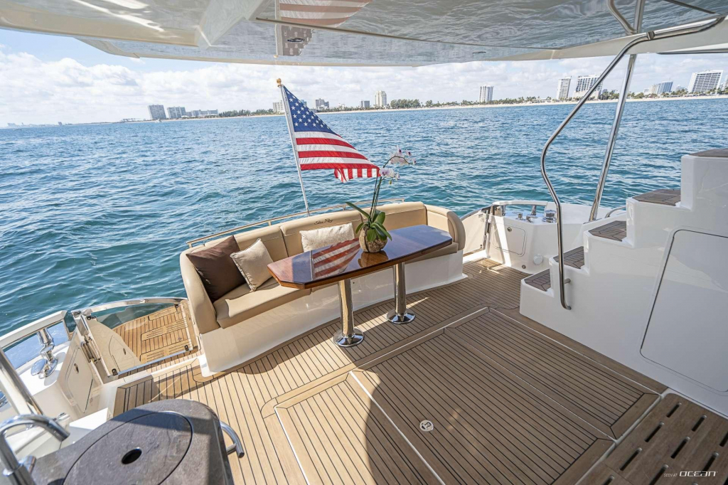 Charter Sea Ray DOWN TIME motor yacht